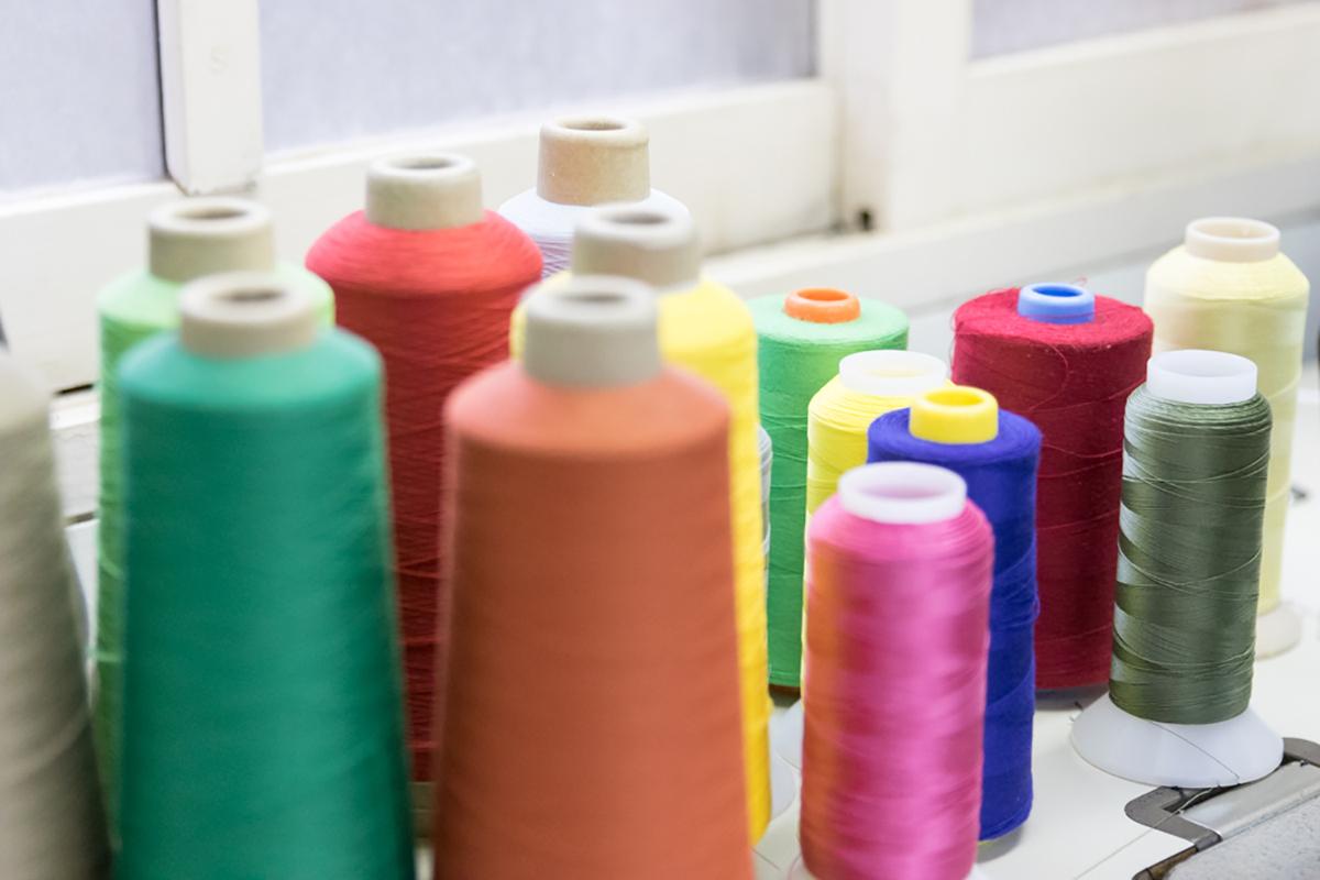手袋の縫製に使われる様々な色の糸
