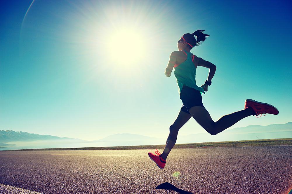 広大な大地を走る女性