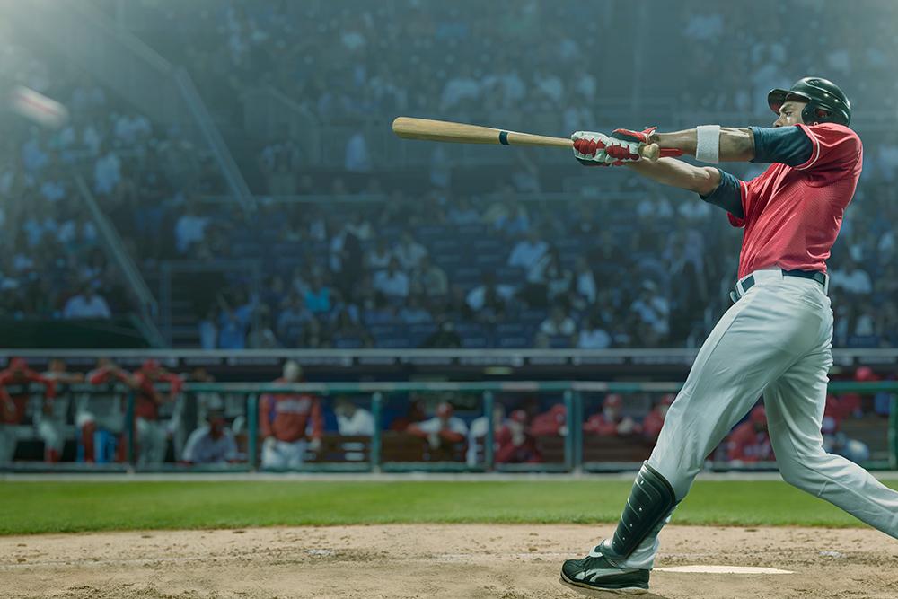 野球選手がボールを打ち返している瞬間の写真