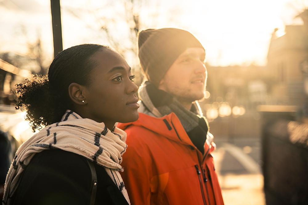 冬にマフラーなどの防寒グッズを身につけているカップル