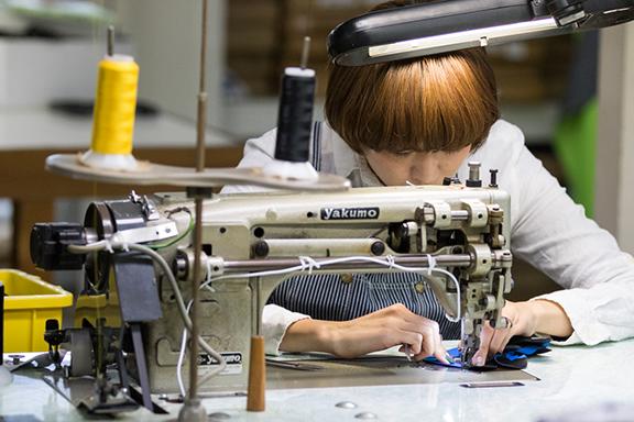 サングローブ工場内でのミシン加工しているスタッフ