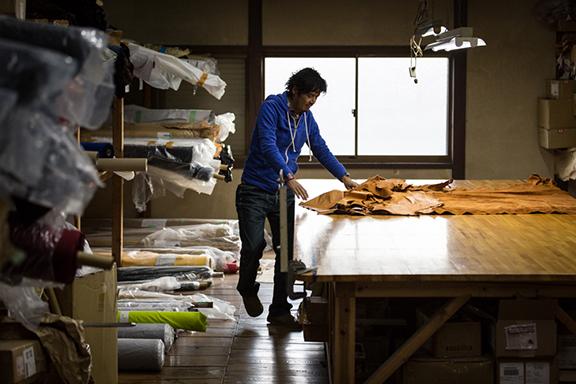 サングローブ工場での革素材チェック